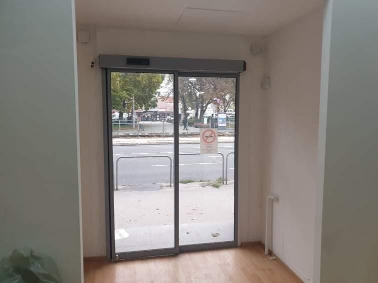 1 fix 1 mozgós fotocellás ajtó telepítésünk Budapest Üllői úti üzlethez