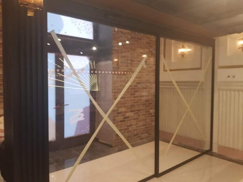 1 fix 1 mozgószárnyú fotocellás ajtó telepítésünk Bp. Október 6. utcai étterembe