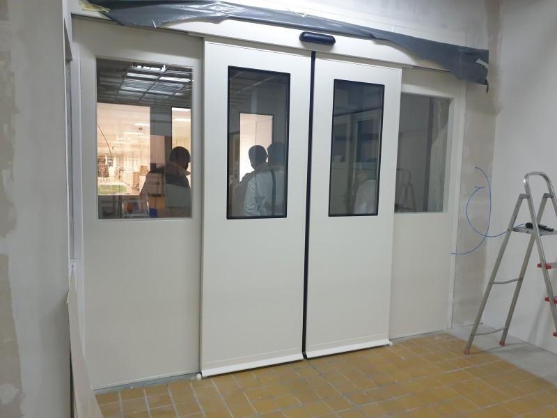 2 db zsiliprendszerben működő tisztatéri, légtömör automata ajtó kivitelezésünk gyógyszergyártó céghez
