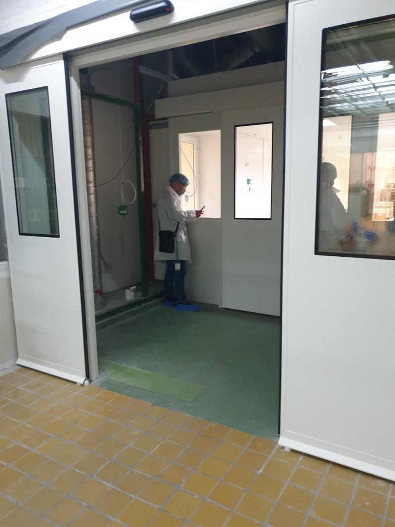 2 db zsiliprendszerben működő tisztatéri, légtömör fotocellás ajtó kivitelezésünk gyógyszergyártó céghez