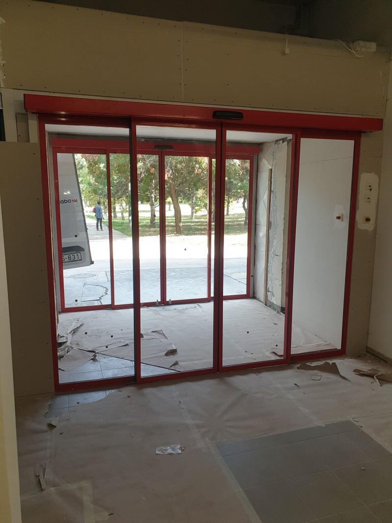 2 fix 2 mozgószárnyas automata ajtó kivitelezésünk a front illetve a szélfogó részbe, hamarosan nyíló CBA üzletbe Dunaújvárosban