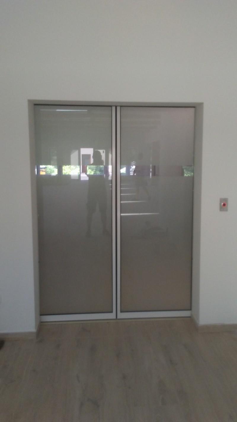 2 mozgószárnyas, betekintő részes, savmart üvegezésű automata ajtó telepítésünk étterem-panzióba