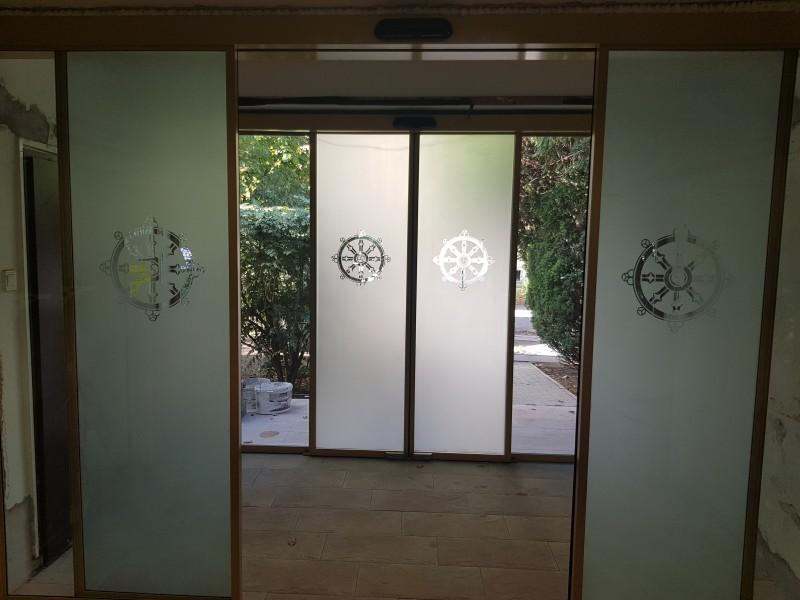 A Tan Kapuja Buddhista főiskolahoz 2 fix 2 mozgò savmart üvegezèsű automata ajtòkat telepìtettünk