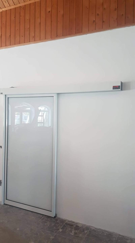 Automata ajtò telepìtèsünk, egyedi matt fòliàs üveggel. Zànka Resort.