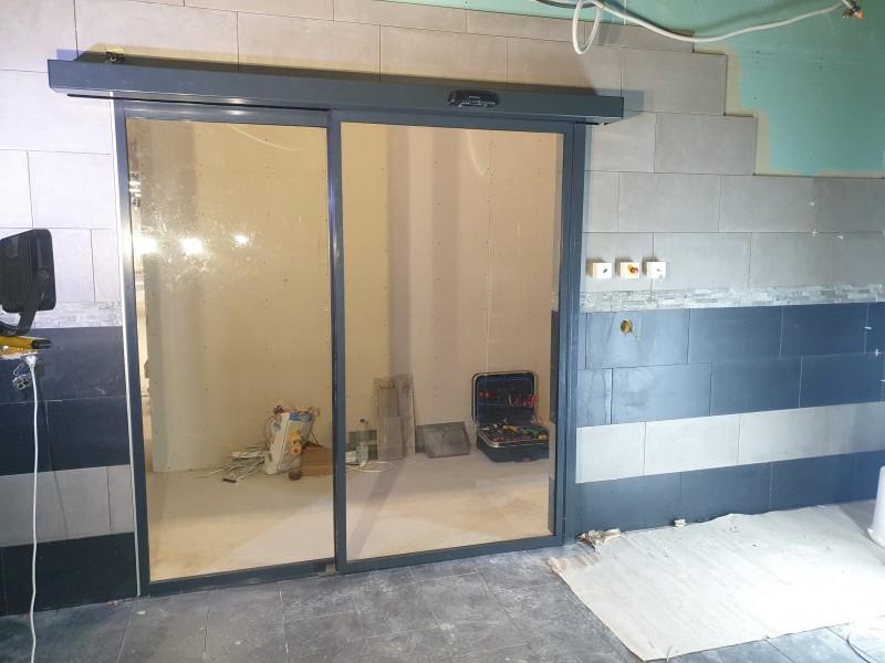 Automata üvegajtó, fotocellás ajtó kivitelezésünk a Camponában hamarosan nyíló fitness terembe