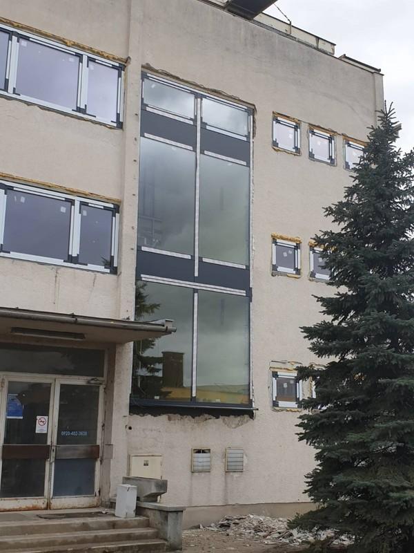 Bp. 15. kerületben, irodaházhoz telepített antracit színű alumínium portálszerkezetünk