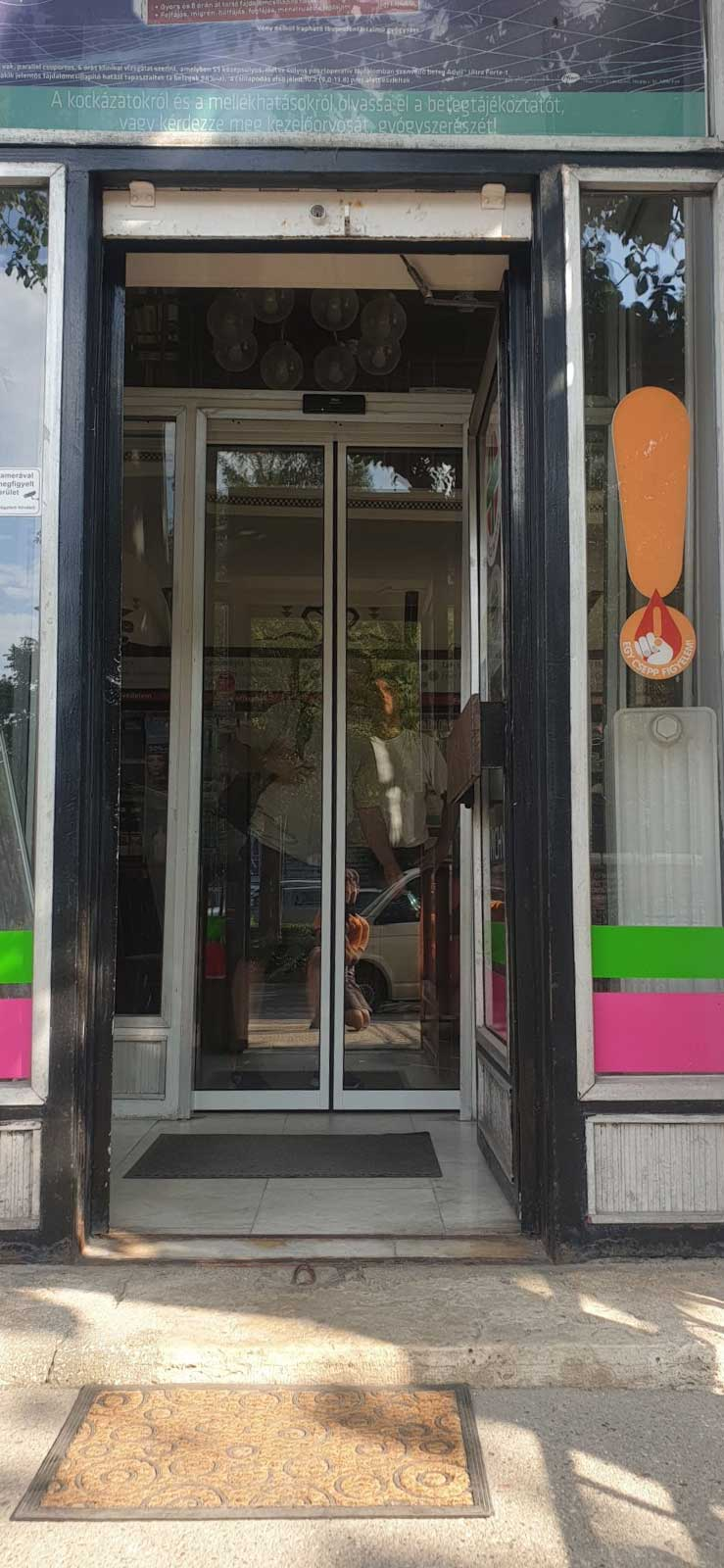 Budapest, Andrássy úti patikába telepített oldalra tolódó automata, fotocellás ajtó telepítésünk