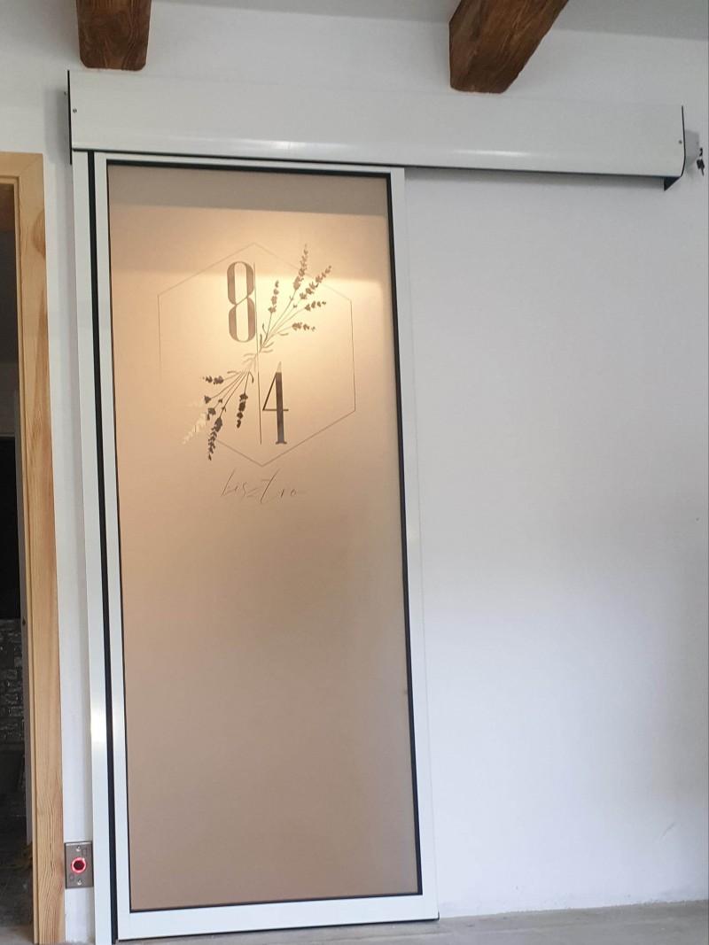 Ditec 1 mozgószárnyas fotocellás ajtó kivitelezésünk egyedi savmart üvegezéssel kapolcsi étterem-panzióba