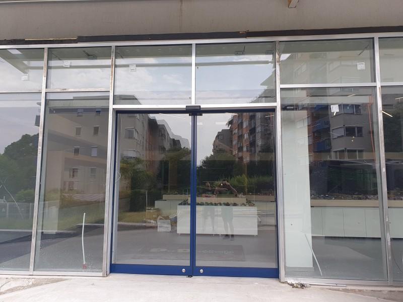 Ditec fotocellás 2 szárnyú automata ajtó telepítésünk Bp. XIV. kerületben.