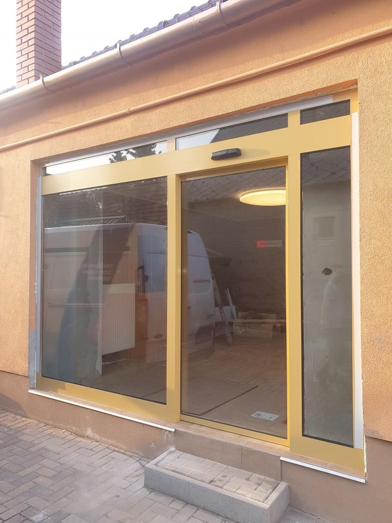 Egyedi ral színű portálszerkezetünk és 1 mozgós automata ajtónk hőszigetelt üveggel