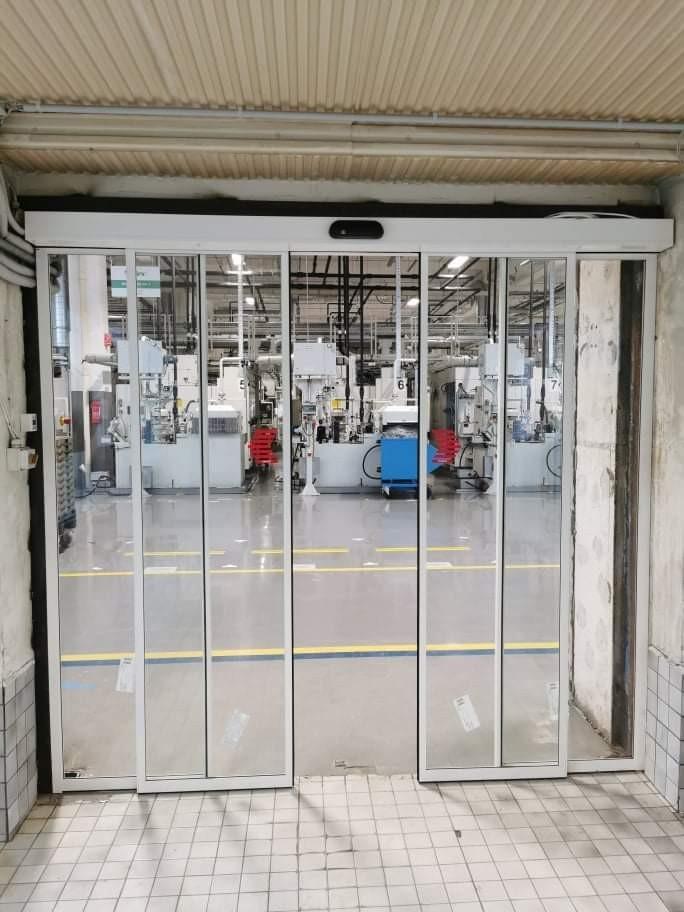 2 oldalsó fix, 2 mozgós fotocellás ajtó telepítésünk gyártó üzembe