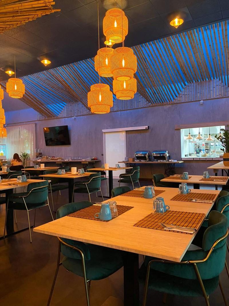 Matt fóliás fotcellás ajtó telepítésünk a Zen Garden Resort éttermi részéhez Zánkán