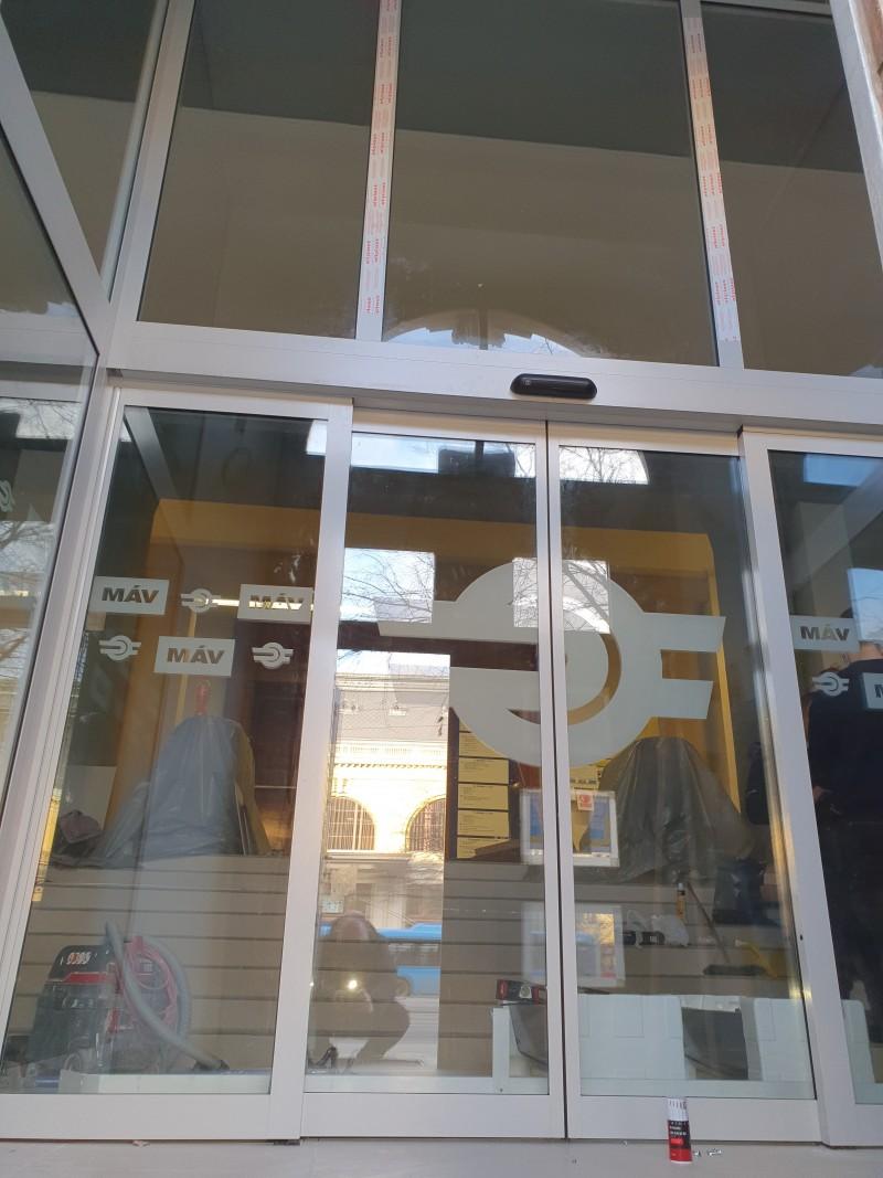 Portálszerkezetünk savmart logózású üveggel és automata fotocellás ajtóval a MÁV központi épületében